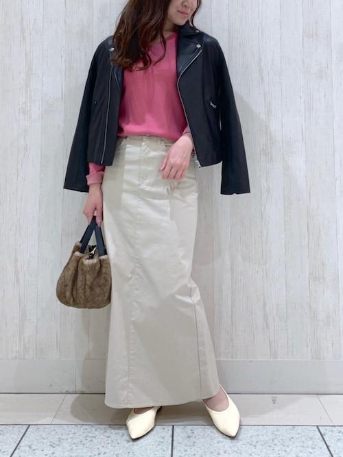 ライダースジャケット×ホワイト系スカート