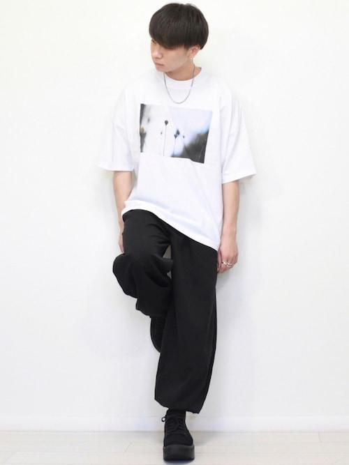 MASAKI氏がWEARに投稿したコーデ|アンクルパンツで靴下が見える場合は、パンツ・靴下・靴をブラックで統一することで3点が一体化、非常に足が長く見えるコーデ効果があったりします。