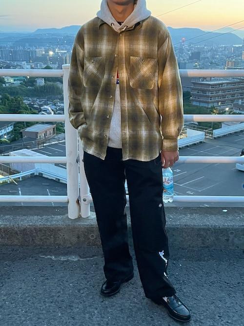 しょうや氏がWEARに投稿したコーデ|ネルシャツのインナーとして、パーカーを着用するスタイルです。海外では、さほど珍しくない組み合わせなのですが、「シャツの上にパーカーを着るもの」というステレオタイプが強いためか、日本国内だとなかなか珍しいと言われています。